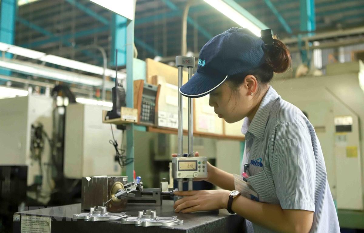 Hoạt động sản xuất tại Công ty trách nhiệm hữu hạn Strong Way khu công nghiệp Khai Quang, tỉnh Vĩnh Phúc. (Ảnh: Hoàng Hùng/TTXVN)