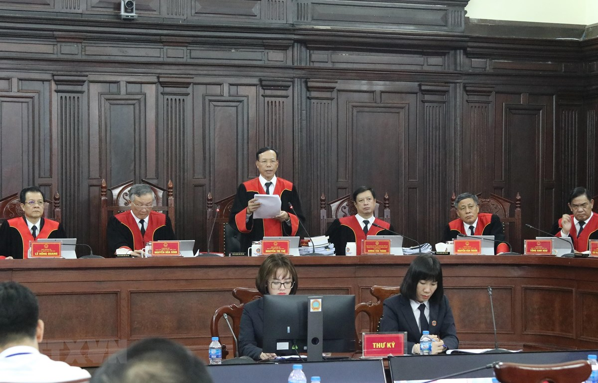 Phó Chánh án Tòa án Nhân dân Tối cao Nguyễn Trí Tuệ thay mặt Hội đồng Thẩm phán công bố phán quyết giám đốc thẩm về vụ án Hồ Duy Hải. (Ảnh: Dương Giang/TTXVN)