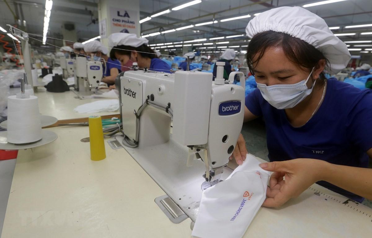 Sản xuất khẩu trang nano sử dụng nhiều lần tại TNG. (Ảnh: Trần Việt/TTXVN)