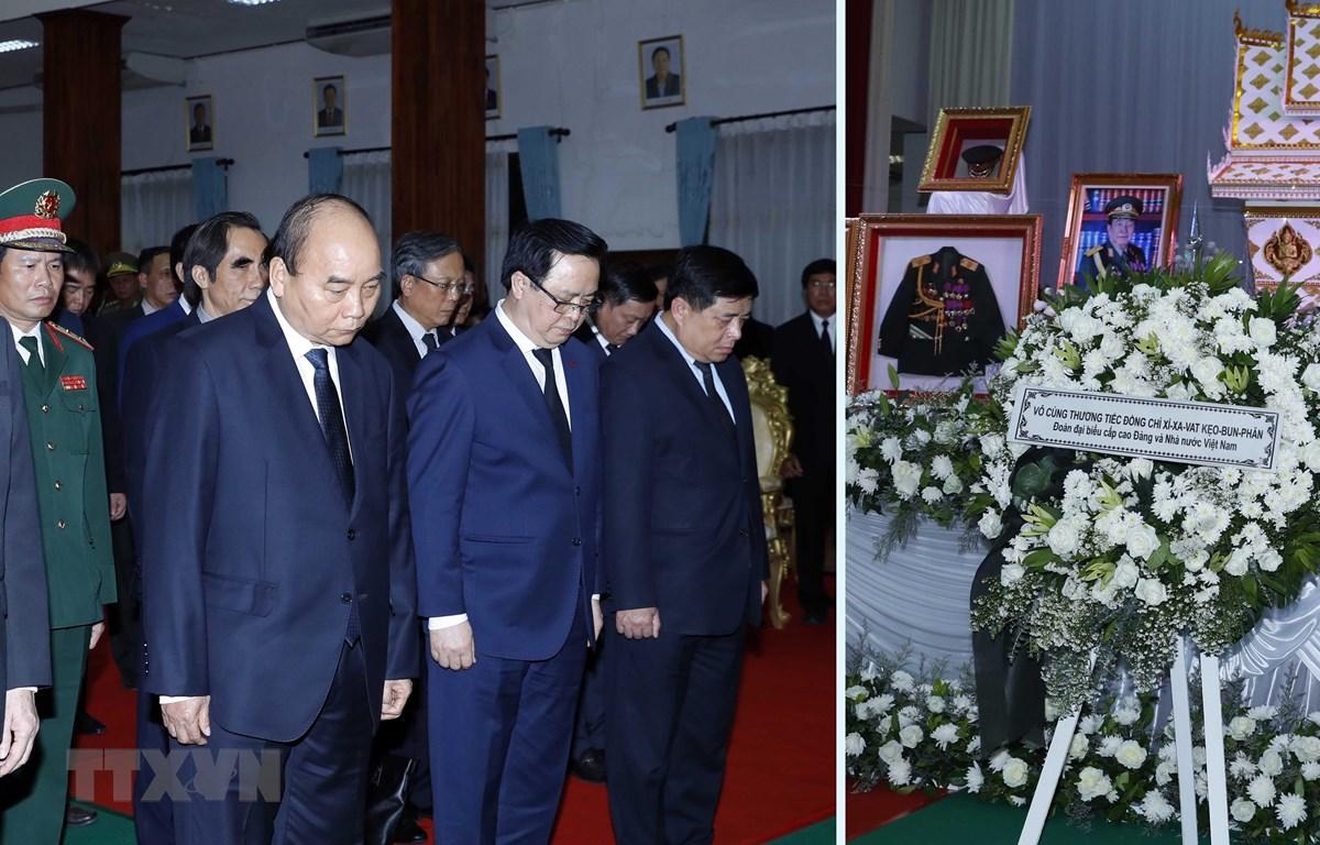 Thủ tướng Nguyễn Xuân Phúc viếng nguyên Thủ tướng Lào Sisavath Keobounphan. (Ảnh: Thống Nhất/TTXVN)