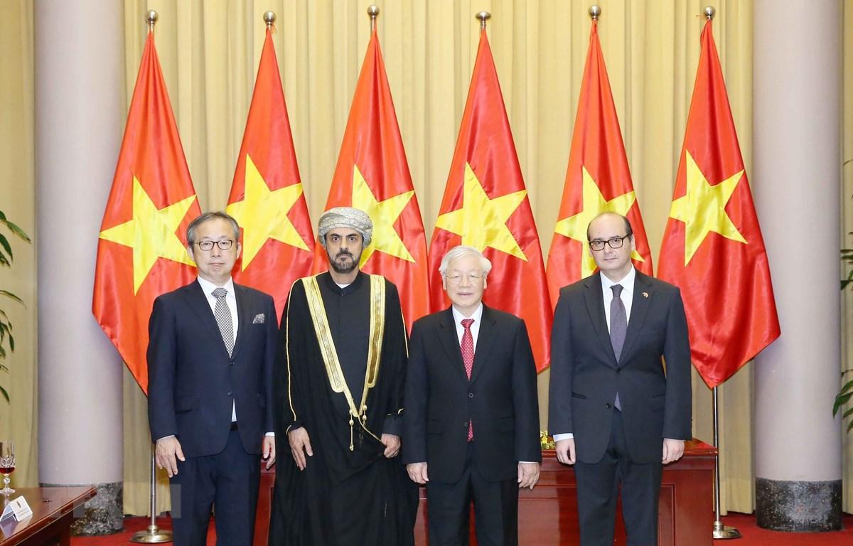 Tổng Bí thư, Chủ tịch nước Nguyễn Phú Trọng chụp ảnh chung với các Đại sứ. (Ảnh: Phương Hoa/TTXVN)