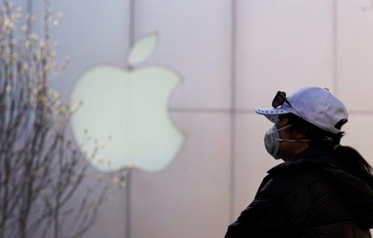 Một người dân đeo khẩu trang bên ngoài cửa hàng Apple ở Bắc Kinh, tháng 3/2020. (Nguồn: Getty Images)