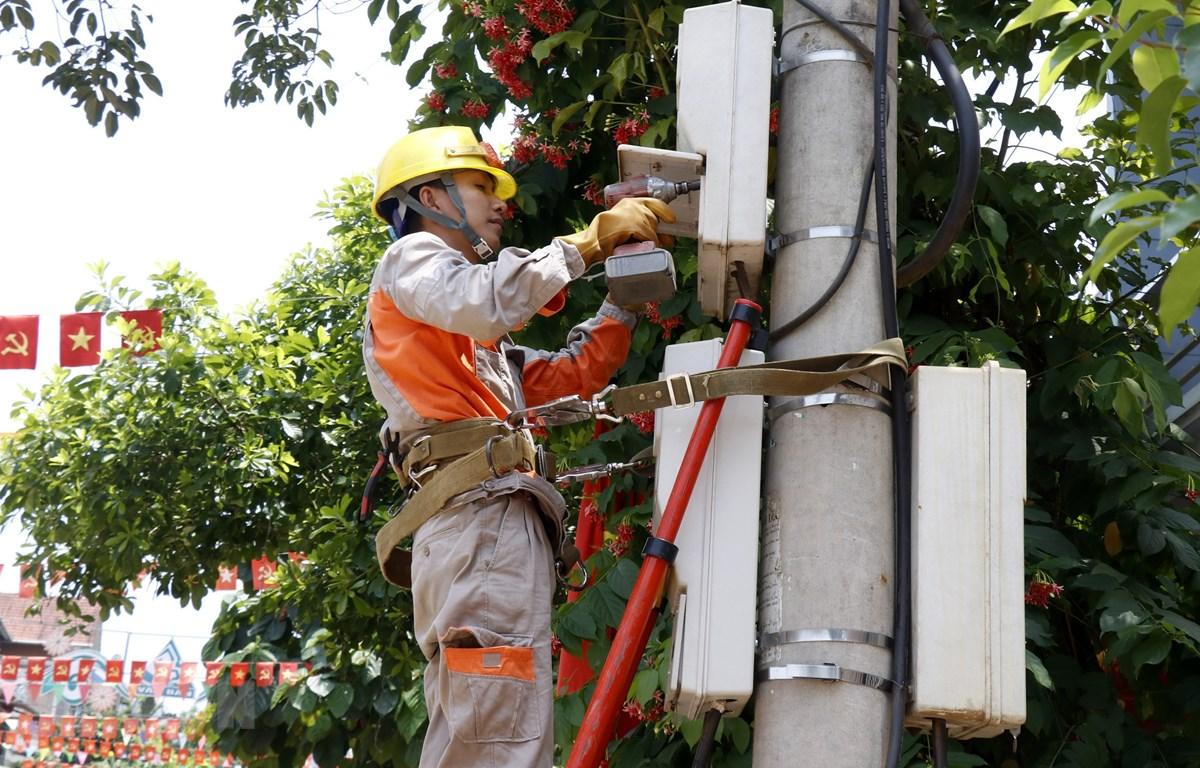 Công nhân Điện lực huyện Văn Bàn (Lào Cai) sửa chữa điện trên địa bàn thị trấn Khánh Yên. (Ảnh: Quốc Khánh/TTXVN)