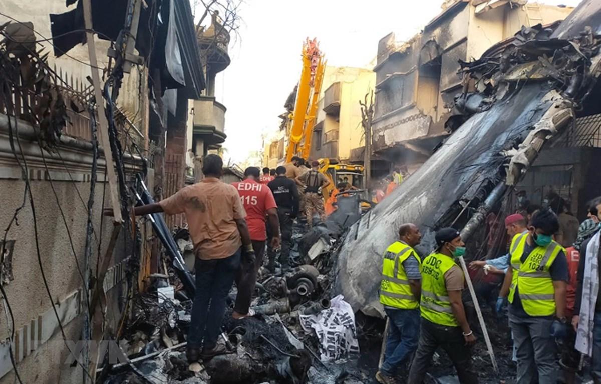 Nhân viên cứu hộ làm nhiệm vụ tại hiện trường vụ rơi máy bay tại Karachi, Pakistan, ngày 22/5/2020. (Nguồn: THX/TTXVN)
