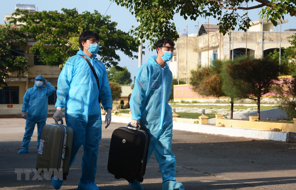 Các công nhân Việt Nam từ Hàn Quốc về được cách ly tại Bộ Chỉ huy quân sự thành phố Đà Nẵng. (Ảnh: Văn Dũng/TTXVN)