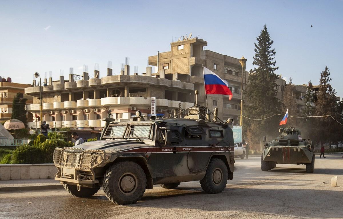 Xe quân sự Nga tham gia chiến dịch tuần tra chung tại khu vực biên giới giữa Syria với Thổ Nhĩ Kỳ, gần sân bay Qamishli, miền Bắc Syria ngày 9/4/2020. (Nguồn: AFP/TTXVN)