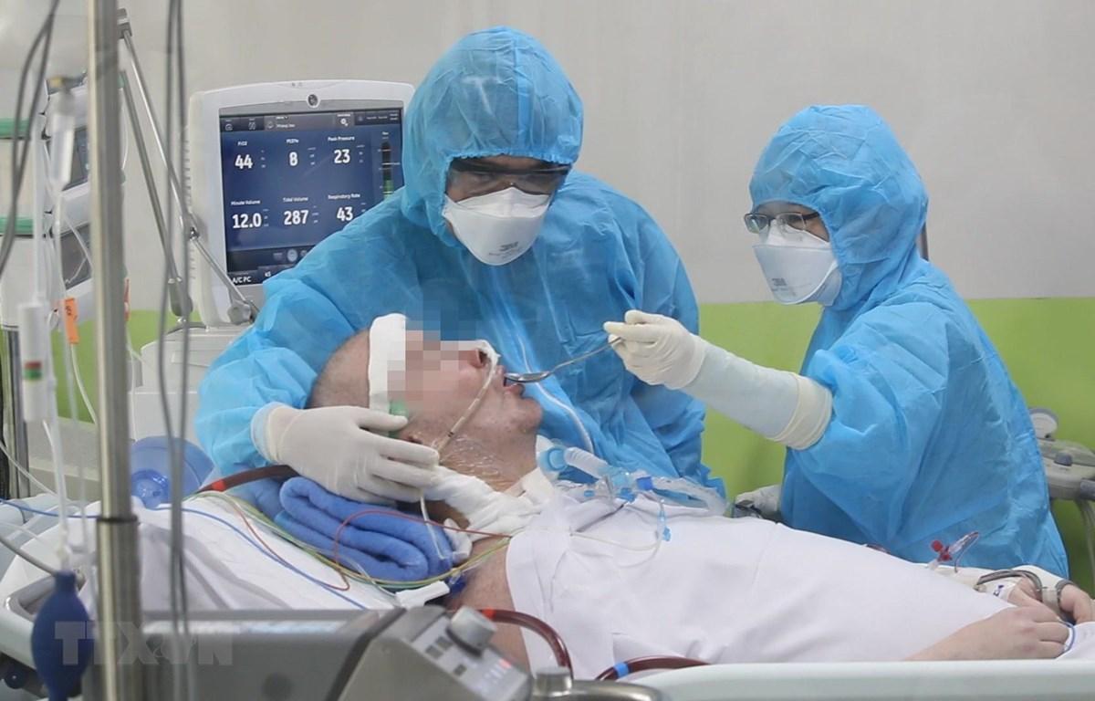 Bệnh nhân 91 đã có thể thực hiện theo y lệnh của bác sỹ. (Nguồn: TTXVN)
