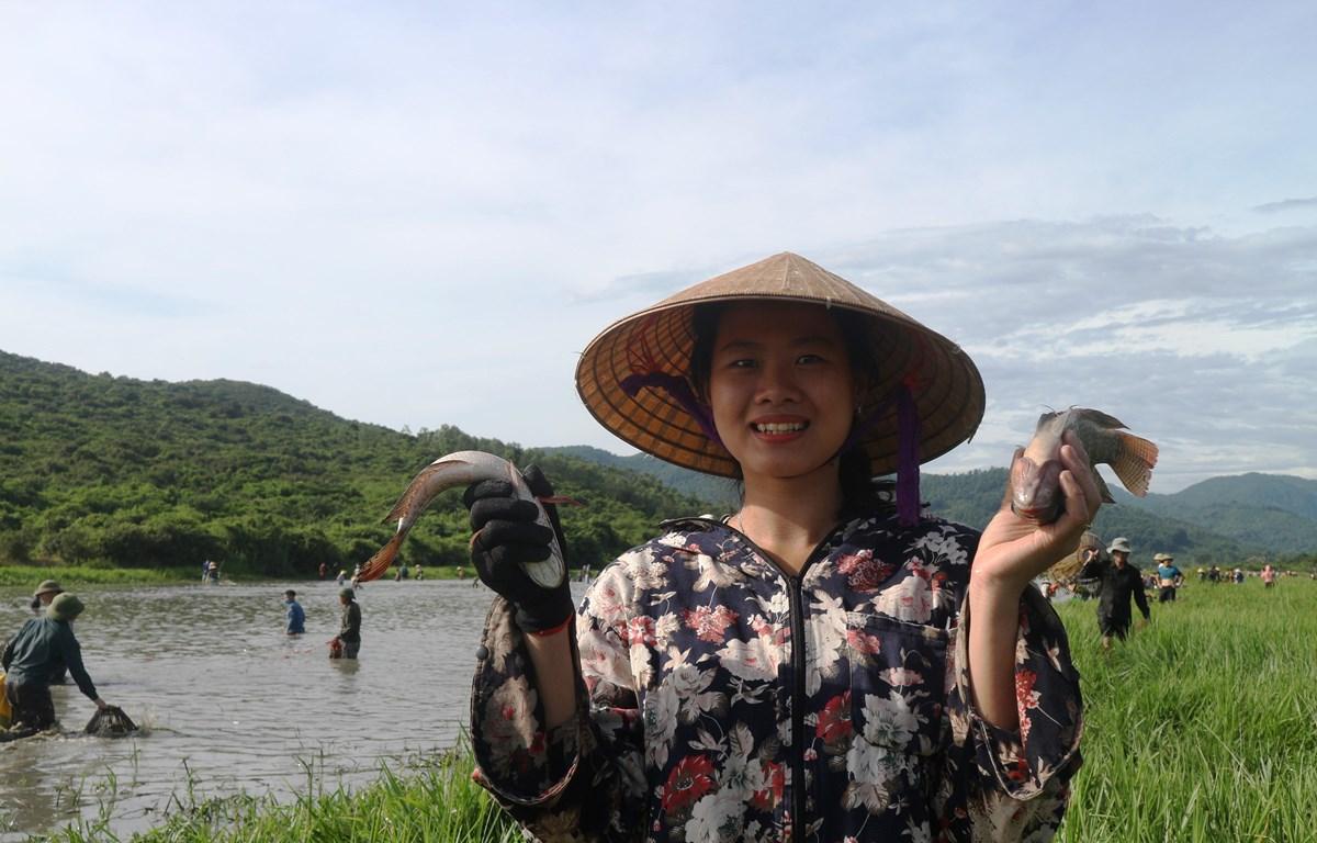 Lễ hội đánh cá Đồng Hoa thu hút sự tham gia của người dân. (Ảnh: Hoàng Ngà/TTXVN)