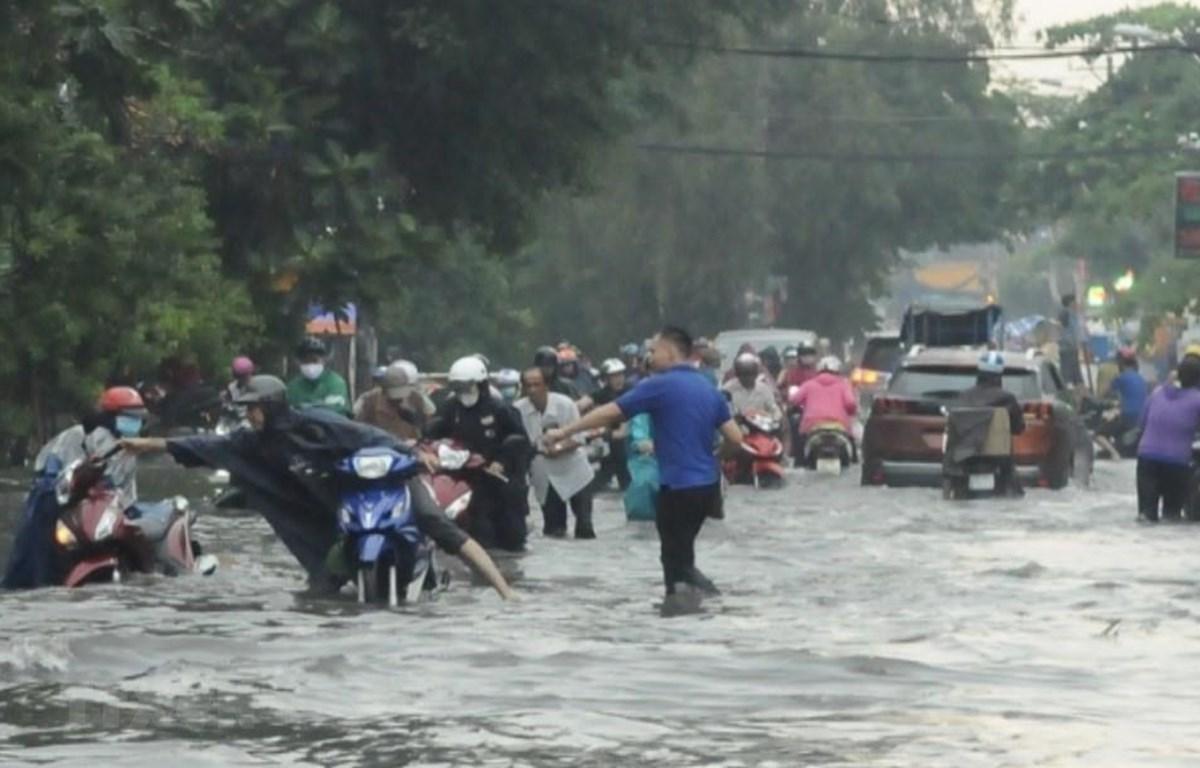 Nhiều tuyến đường ở Quận 2 ngập sâu khiến nhiều người dân khó di chuyển. (Ảnh: Hồng Giang/TTXVN)