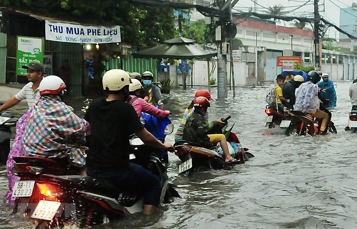 Đường Tân Hòa Đông (quận Bình Tân) bị ngập sâu. (Ảnh: Hồng Giang/TTXVN)