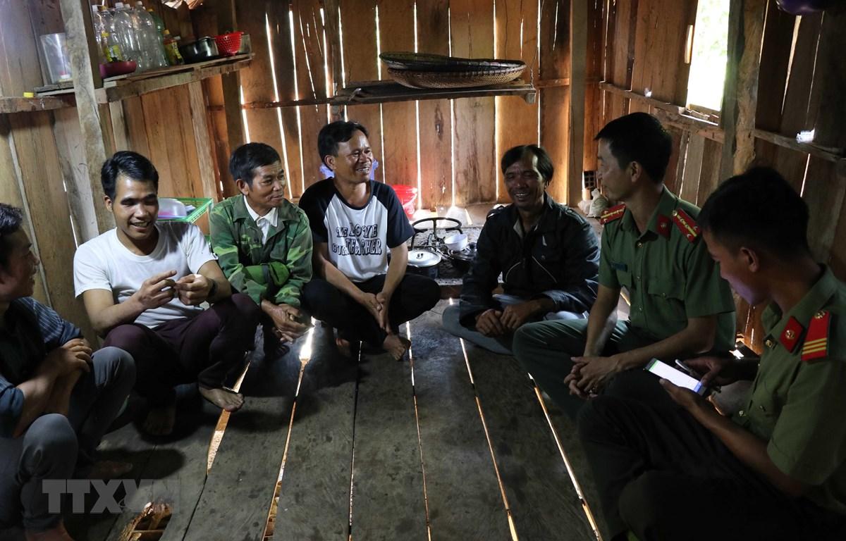 Công an huyện Mang Yang đến tận nhà các đối tượng trước đây theo tà đạo Hà Mòn ở xã H'ra để tuyên truyền, giáo dục, nắm tâm tư, nguyện vọng. (Ảnh: Hồng Điệp/TTXVN)