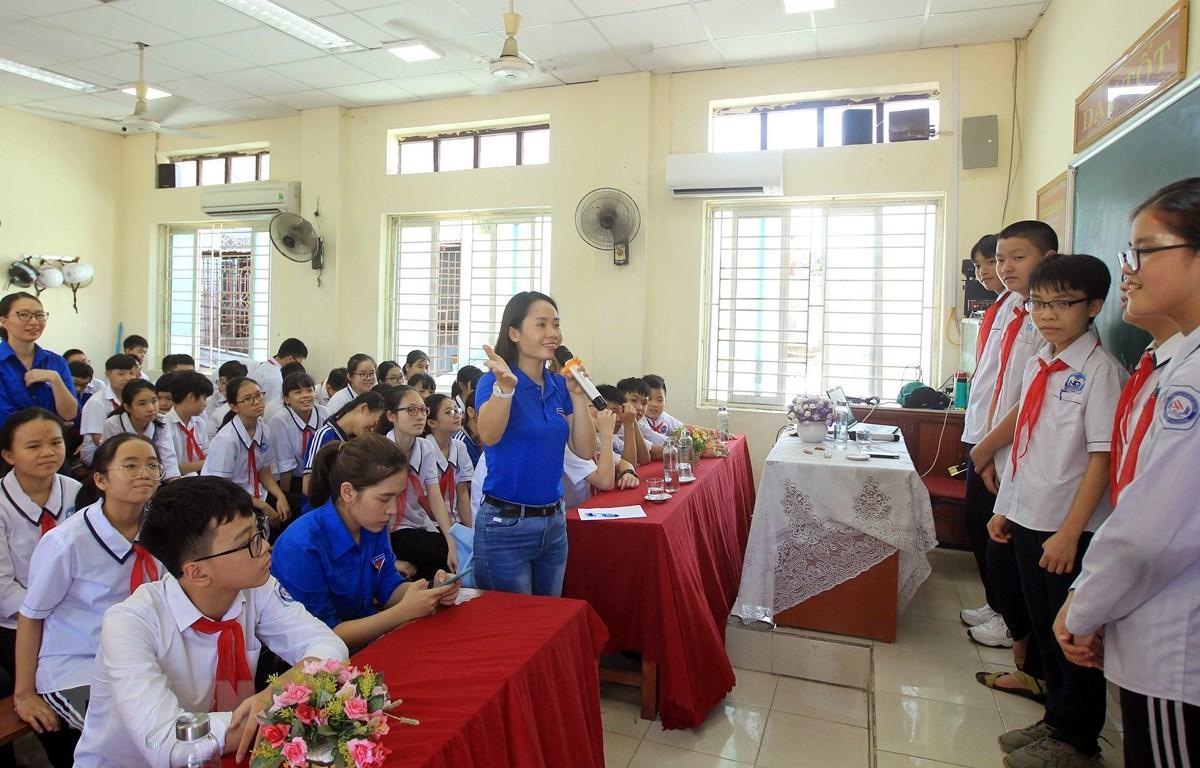 Đoàn thành niên Thông tấn xã Việt Nam hướng dẫn chơi trò chơi tìm hiểu và nhận biết một số loại hình về Fake news. (Ảnh: An Đăng/TTXVN)