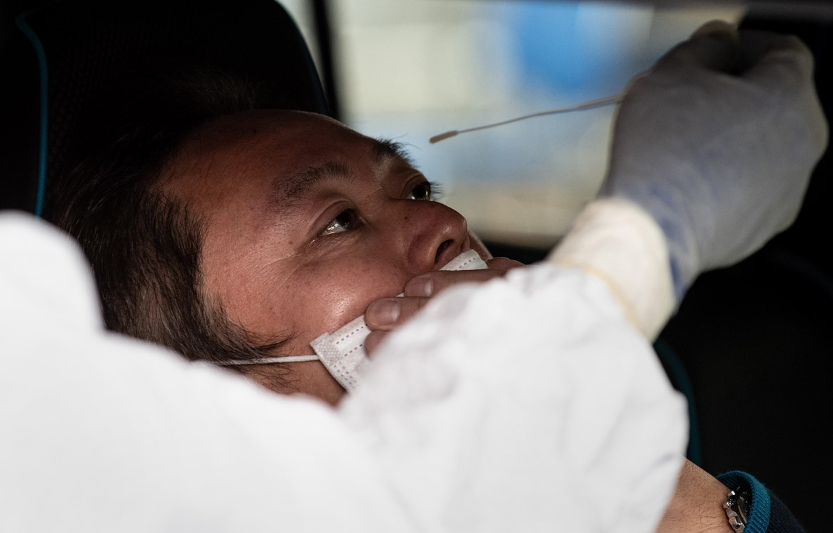 Nhân viên y tế lấy mẫu dịch xét nghiệm COVID-19 cho người dân tại Kanagawa, Nhật Bản ngày 27/4/2020. (Nguồn: AFP/TTXVN)