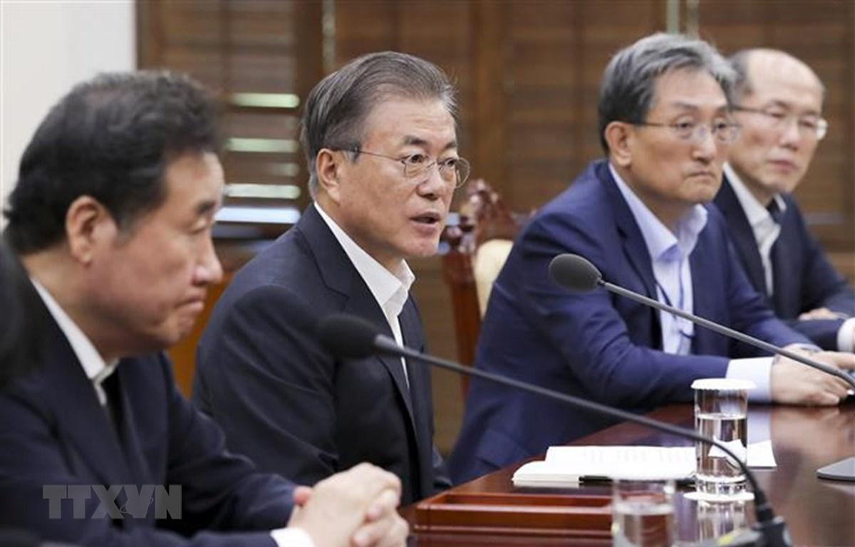 Tổng thống Hàn Quốc Moon Jae-in (thứ 2, trái). (Ảnh: YONHAP/TTXVN)
