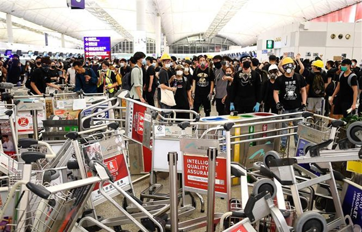 Người biểu tình phong tỏa lối vào sân bay quốc tế Hong Kong tối 13/8. (Nguồn: AFP/TTXVN)