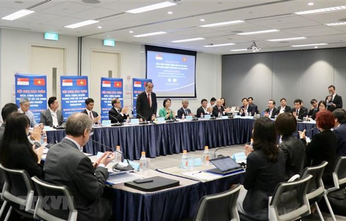 Ông Nguyễn Thiện Nhân, Ủy viên Bộ Chính trị, Bí thư Thành ủy Thành phố Hồ Chí Minh trao đổi với các nhà đầu tư Singapore. (Nguồn: Anh Tuấn - TTXVN)