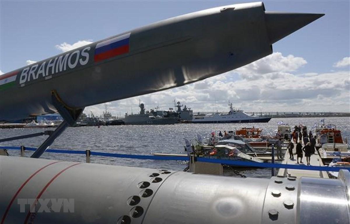 Tên lửa siêu thanh Brahmos được trưng bày tại Triển lãm quốc phòng hàng hải quốc tế ở Saint Petersburg, Nga, ngày 28/6/2017. (Nguồn: AFP/ TTXVN)