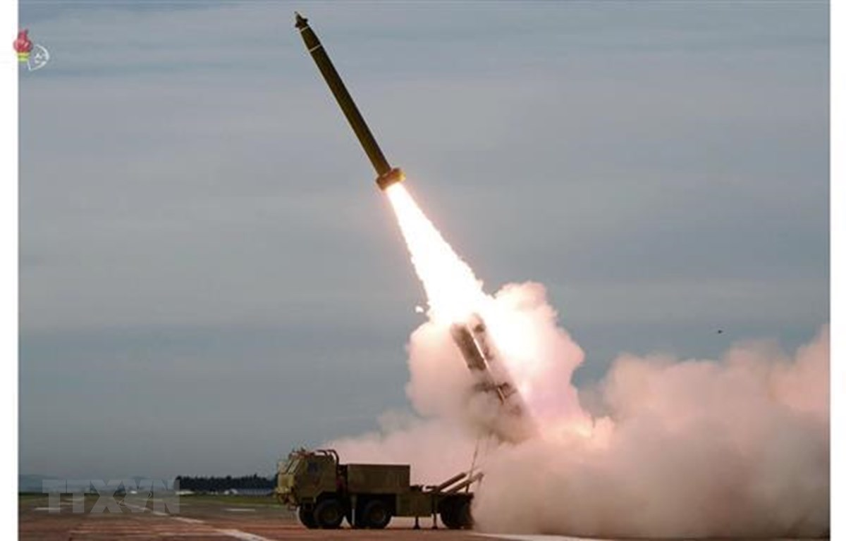 Vụ phóng thử hệ thống rocket đa nòng cỡ siêu lớn mới của Triều Tiên tại một địa điểm bí mật. (Nguồn: AFP/TTXVN)
