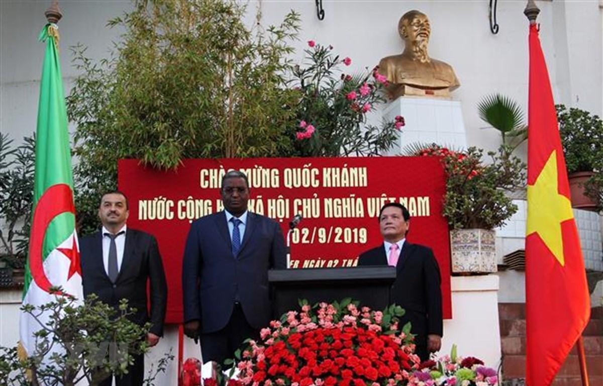 Hai vị Bộ trưởng Algeria và Đại sứ Phạm Quốc Trụ thực hiện nghi thức chào cờ tại Lễ kỷ niệm 74 năm Cách mạng Tháng Tám và Quốc khánh Việt Nam tại Algeria. (Nguồn: Tấn Đạt - TTXVN/Vietnam+).