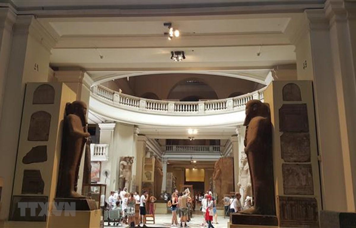 Du khách quốc tế đến thăm bảo tàng ở thủ đô Cairo của Ai Cập. (Ảnh: Anh Tuấn - TTXVN/Vietnam+)