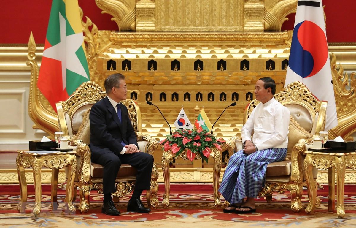 Tổng thống Hàn Quốc Moon Jae-in (trái) trong cuộc gặp với Tổng thống Myanmar Win Myint tại Naypyitaw, Myanmar, ngày 3/9. (Nguồn: YONHAP/TTXVN)