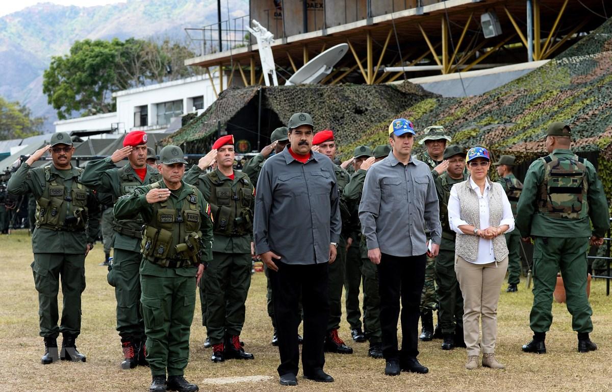 Trong ảnh (tư liệu): Tổng thống Venezuela Nicolas Maduro (thứ 2, trái) thị sát cuộc diễn tập quân sự của quân đội nước này ở Caracas ngày 24/2/2018. (Nguồn: AFP/TTXVN)