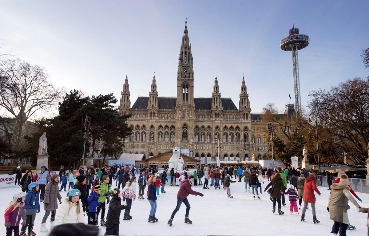 Người dân trượt băng tại quảng trường phía trước Tòa thị chính Vienna, Áo. (Nguồn: AFP/ TTXVN)