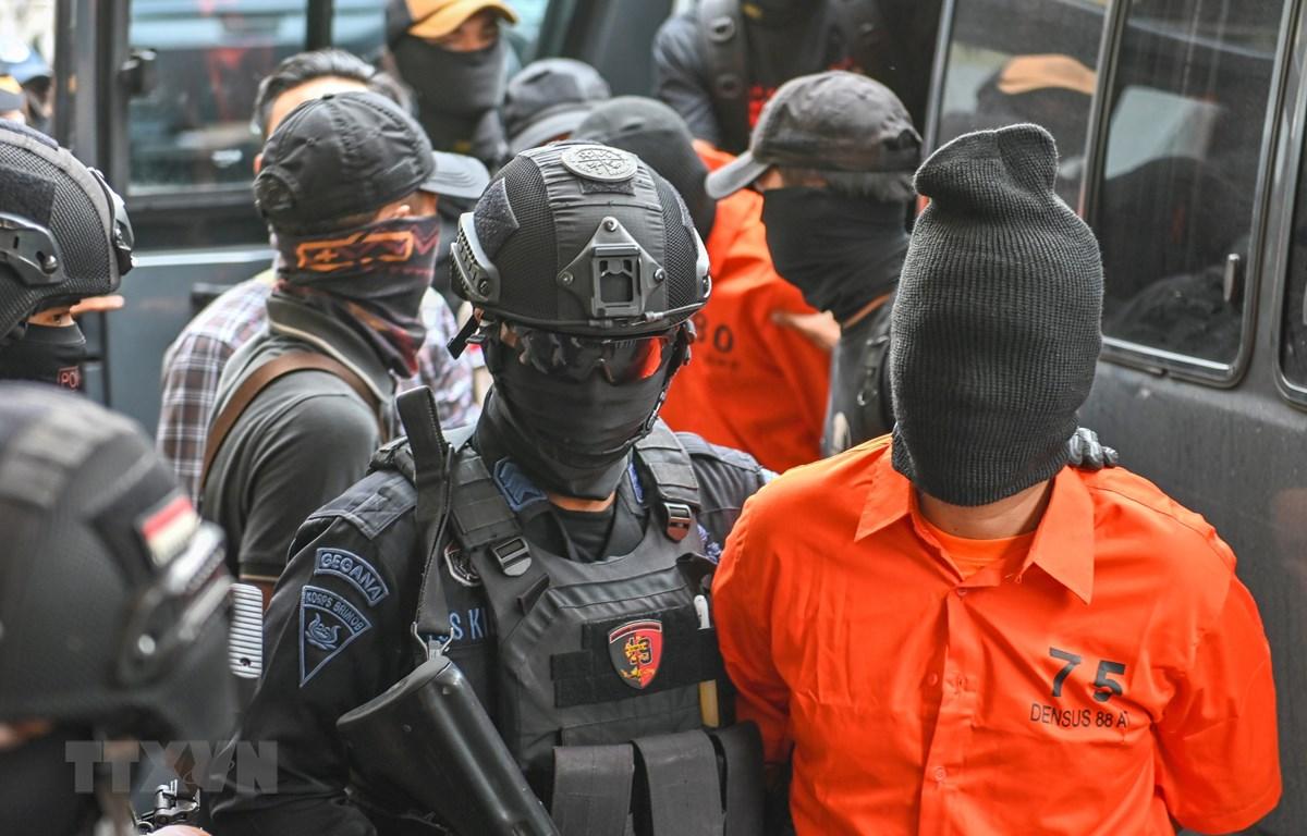 Trong ảnh: Cảnh sát bắt giữ các nghi can khủng bố tại Jakarta, Indonesia ngày 17/5/2019. (Nguồn: AFP/TTXVN)
