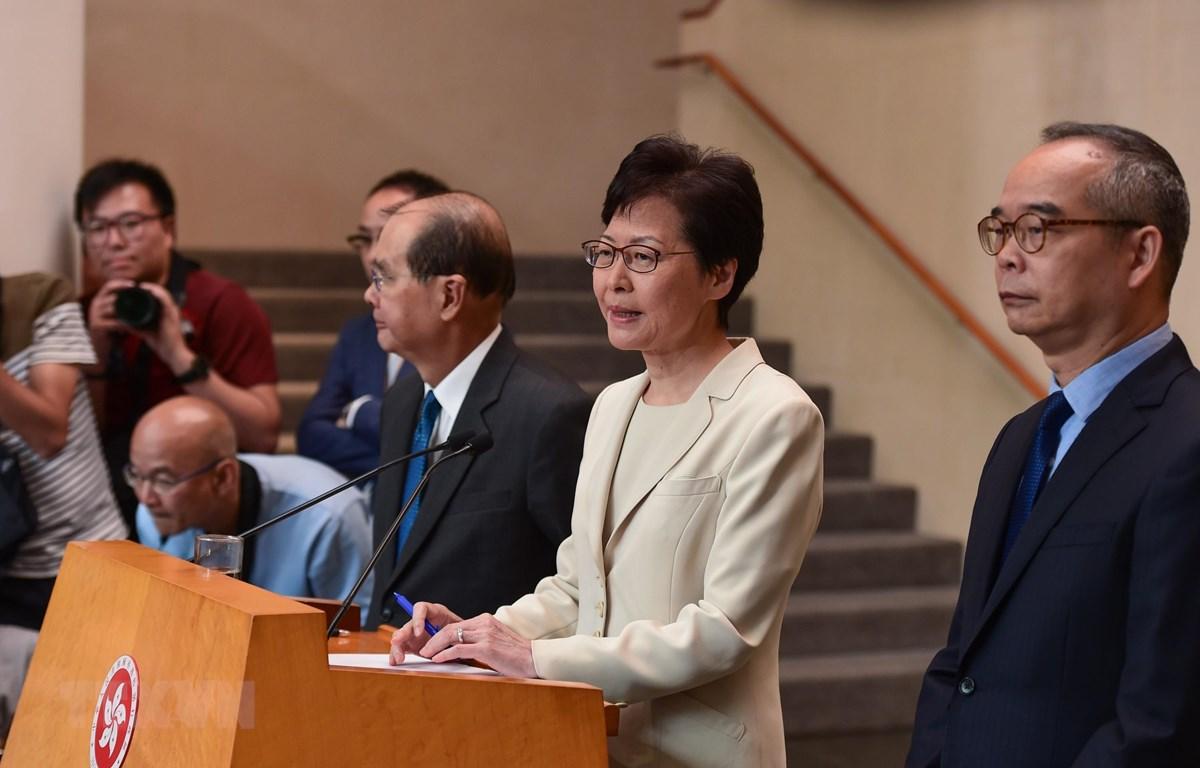 Trong ảnh: Trưởng Đặc khu hành chính Hong Kong, bà Lâm Trịnh Nguyệt Nga (giữa) tại cuộc họp báo ở Hong Kong, Trung Quốc, ngày 5/9. (Nguồn: THX/TTXVN)