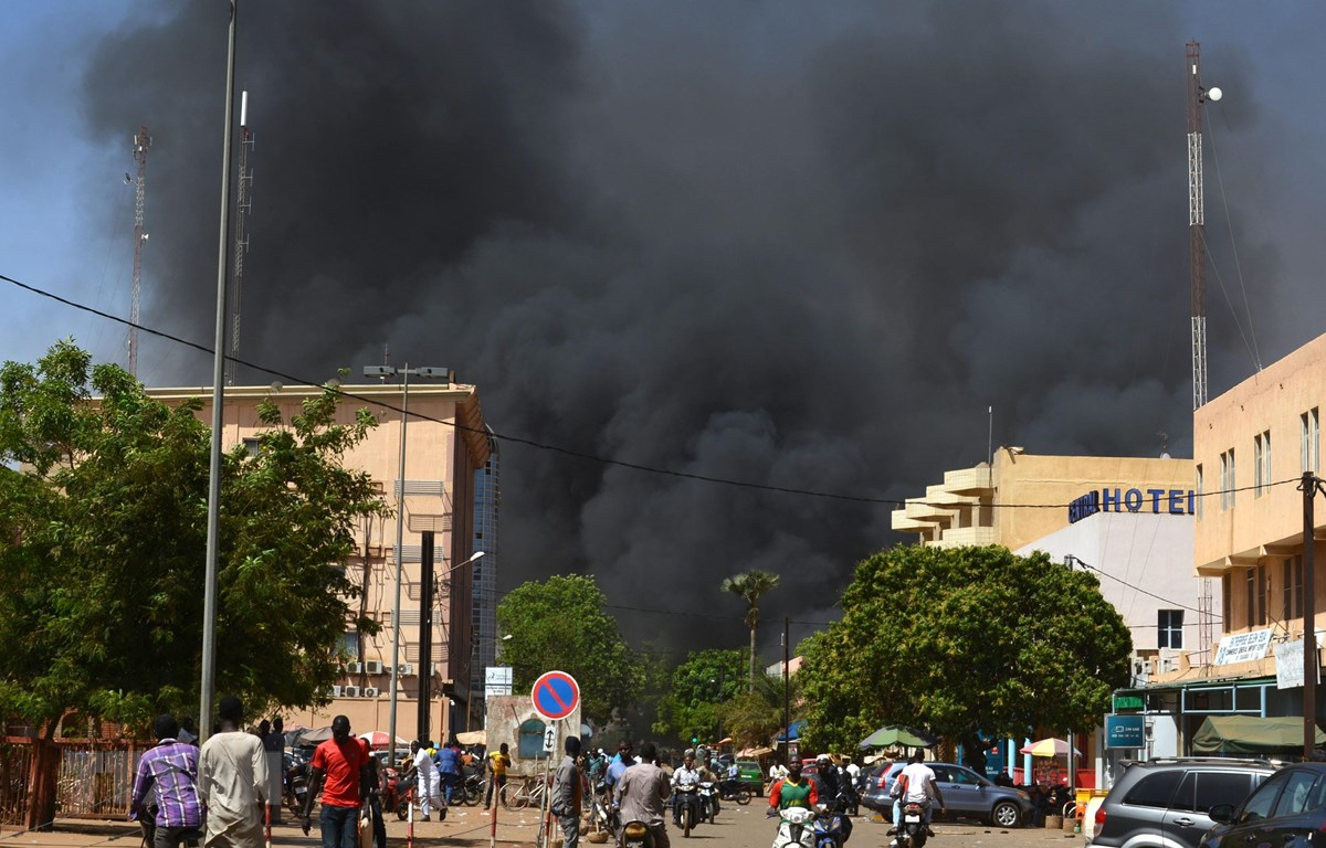 Trong ảnh: Khói bốc lên sau một vụ tấn công ở thủ đô Ouagadougou, Burkina Faso. (Nguồn: AFP/TTXVN)