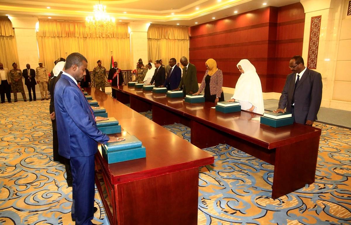 Trong ảnh: Các Bộ trưởng trong Chính phủ mới của Sudan tuyên thệ nhậm chức tại Dinh Tổng thống ở thủ đô Khartoum ngày 8/9/2019. (Nguồn: THX/TTXVN)
