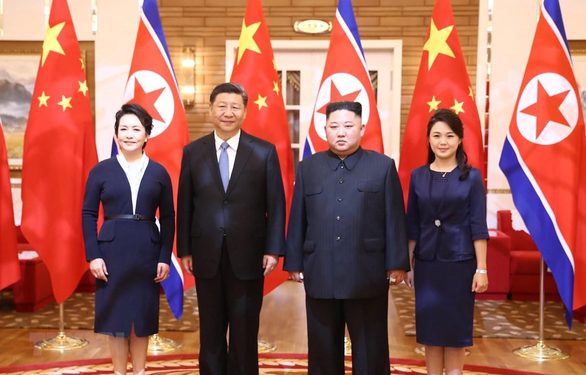 Trong ảnh: Nhà lãnh đạo Triều Tiên Kim Jong-un (thứ 2, phải) cùng phu nhân chụp ảnh chung với Chủ tịch Trung Quốc Tập Cận Bình (thứ 2, trái) cùng phu nhân đang ở thăm Bình Nhưỡng ngày 20/6/2019. (Nguồn: THX/TTXVN)