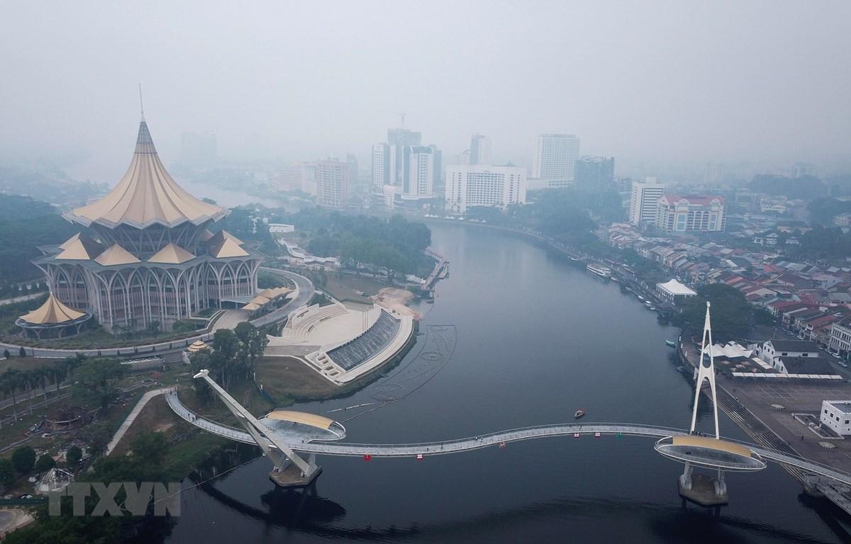 Trong ảnh: Khói mù bao trùm thủ phủ Kuching, bang Sarawak thuộc đảo Borneo, Malaysia ngày 9/9/2019. (Nguồn: AFP/TTXVN)
