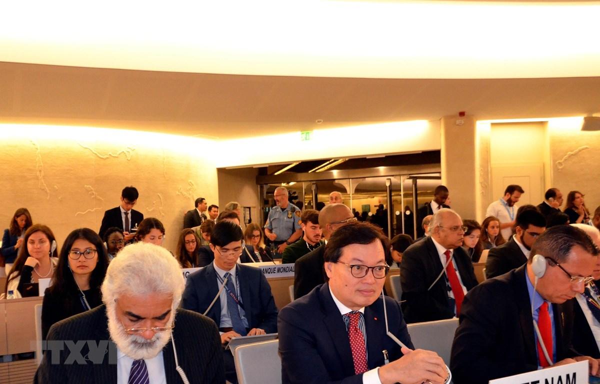 Đại sứ Dương Chí Dũng dẫn đầu đoàn Việt Nam tham dự Khóa họp thứ 42 Hội đồng Nhân quyền Liên hợp quốc tại Geneva. (Ảnh: Tố Uyên - TTXVN/Vietnam+)
