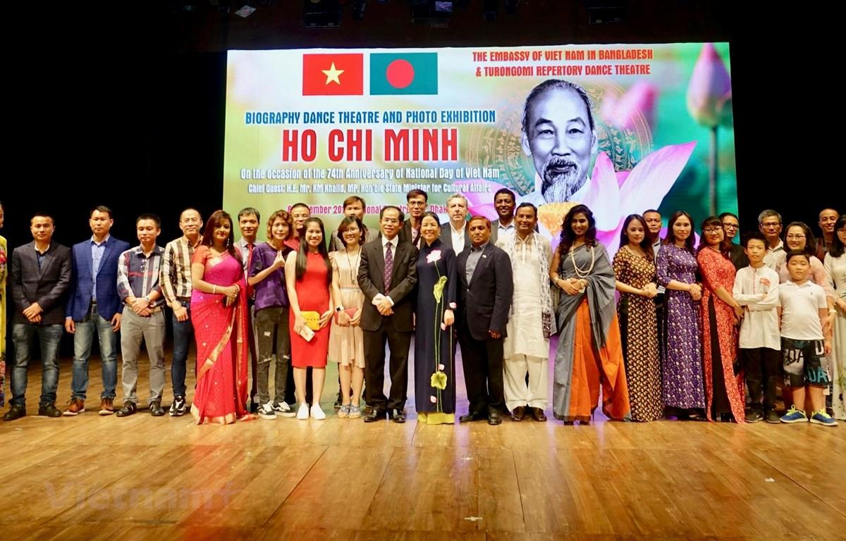 Đại sứ Trần Văn Khoa và Phu nhân cùng các khách mời và người Việt chụp ảnh lưu niệm. (Ảnh: Huy Lê/Vietnam+)
