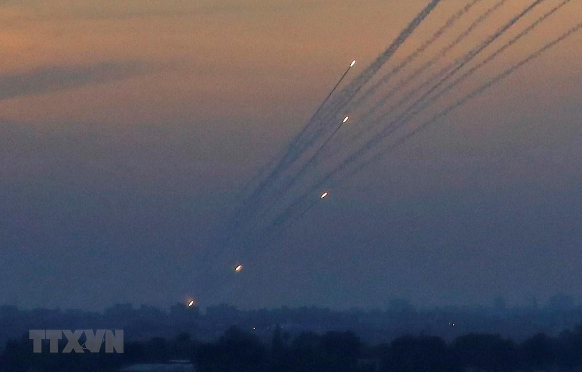 Trong ảnh: Phong trào Hamas tại Dải Gaza phóng tên lửa về phía lãnh thổ Israel ngày 5/5/2019. (Nguồn: AFP/TTXVN)