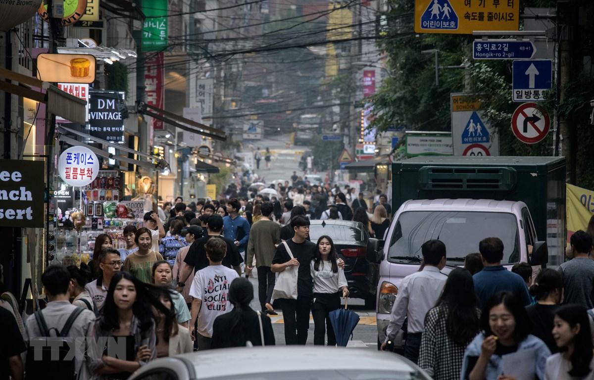 Trong ảnh: Người dân di chuyển trên đường phố tại Seoul, Hàn Quốc, ngày 6/9/2019. (Nguồn: AFP/TTXVN)