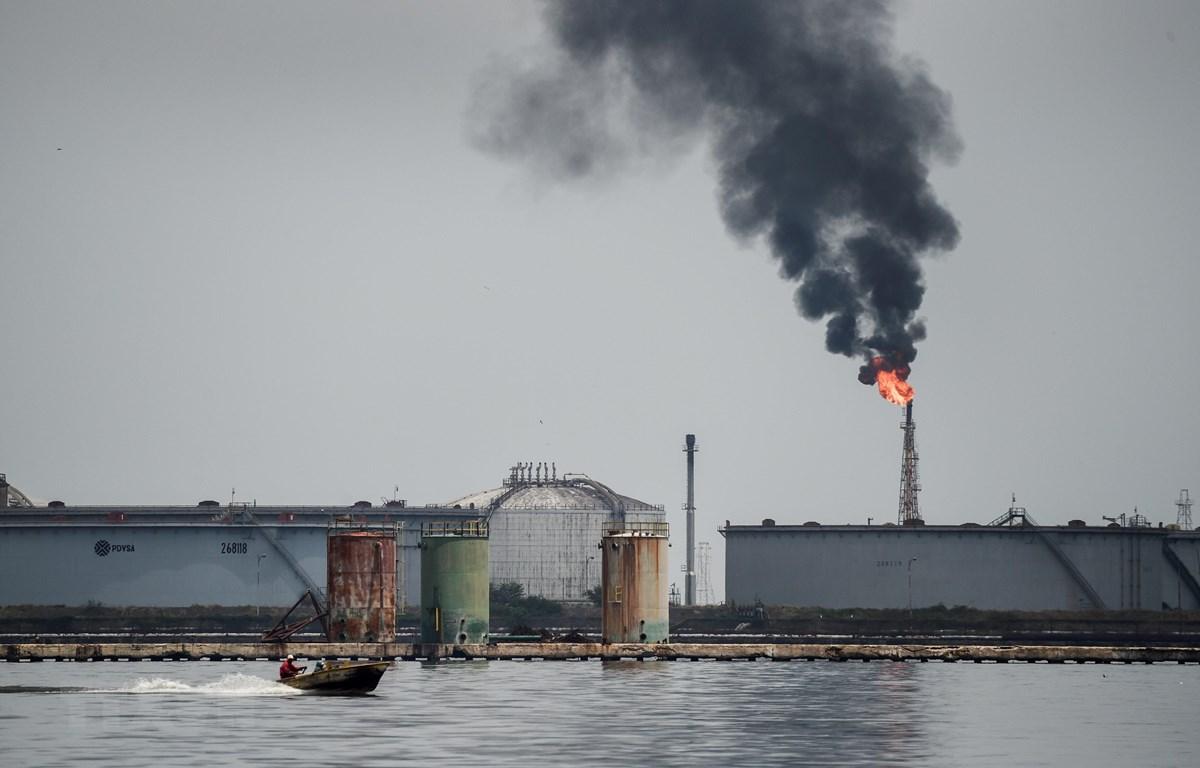 Trong ảnh: Một cơ sở khai thác dầu ở Maracaibo, Venezuela. (Nguồn: AFP/TTXVN)