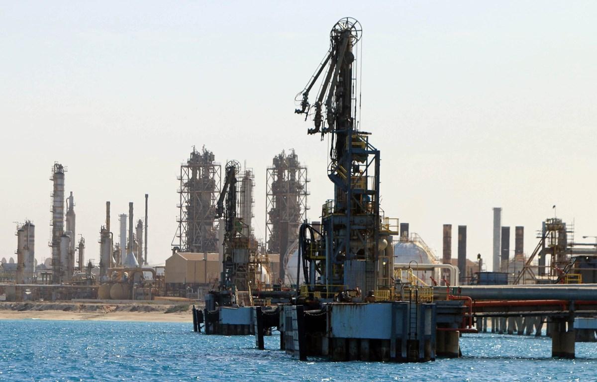 Trong ảnh: Một cơ sở khai thác dầu tại thị trấn al-Buraqah, Libya. (Nguồn: AFP/TTXVN)