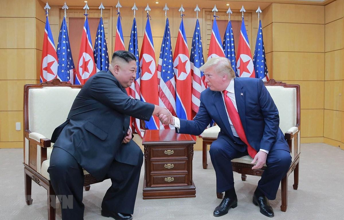 Trong ảnh: Tổng thống Mỹ Donald Trump (phải) và nhà lãnh đạo Triều Tiên Kim Jong-un trong cuộc gặp thượng đỉnh tại làng đình chiến Panmunjom trong Khu phi quân sự (DMZ) ngày 30/6/2019. (Nguồn: AFP/TTXVN)