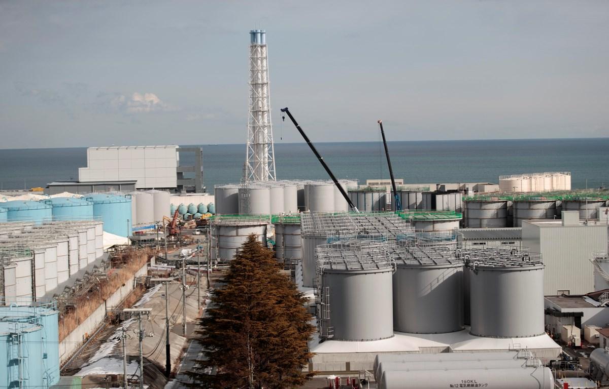 Trong ảnh: Lò phản ứng số 4 (trái) của nhà máy điện hạt nhân Fukushima ở Okuma, Fukushima, Nhật Bản. (Nguồn: AFP/TTXVN)