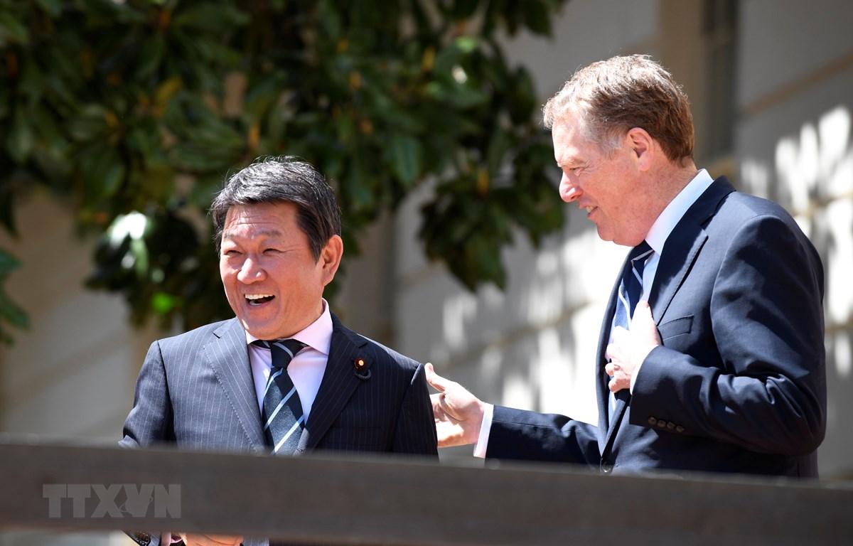 Tân ngoại trưởng Nhật Bản Toshimitsu Motegi (trái) có cuộc điện đàm đầu tiên với người đồng cấp Mỹ Mike Pompeo. (Nguồn: THX/TTXVN)