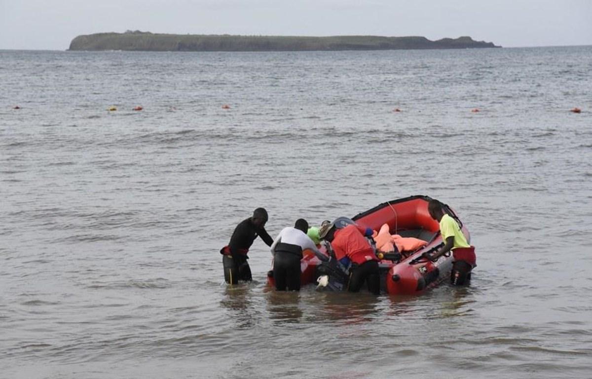 Lực lượng cứu hộ Senegal chuẩn bị xuồng tìm kiếm người mất tích. (Nguồn: AFP/Getty)