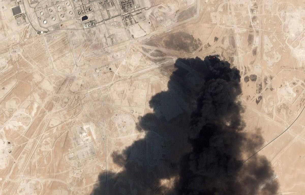 Trong ảnh (hình ảnh phát qua vệ tinh): Cơ sở hạ tầng một nhà máy lọc dầu của Saudi Arabia ở Abqaig bị phá hủy sau vụ tấn công bằng máy bay không người lái, ngày 14/9/2019. (Nguồn: AFP/TTXVN)