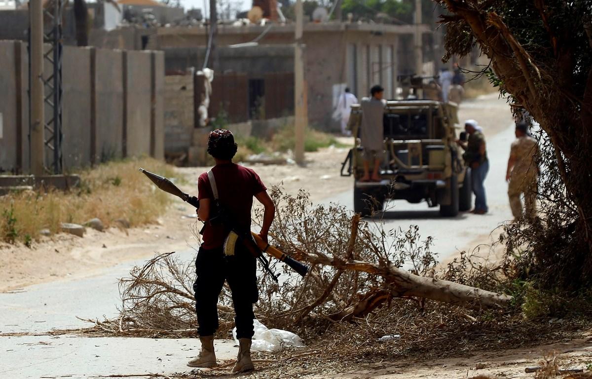 Trong ảnh: Binh sỹ thuộc lực lượng GNA trong cuộc giao tranh với các tay súng LNA tại khu vực ngoại ô Tripoli, Lybia, ngày 25/4. (Nguồn: AFP/TTXVN)