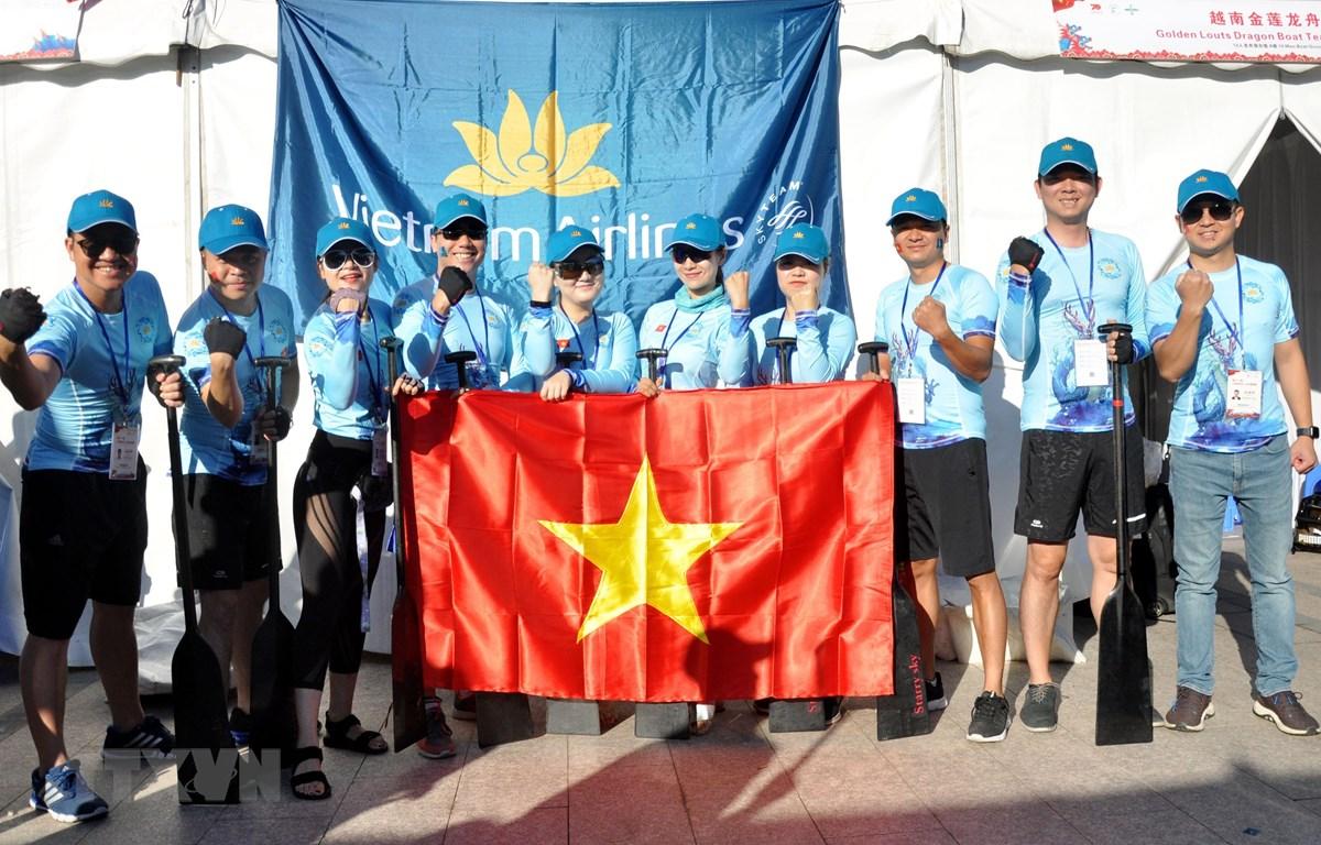 Đội đua thuyền rồng Golden Lotus bày tỏ quyết tâm trước giờ thi đấu. (Ảnhh: Bùi Tuấn/TTXVN)