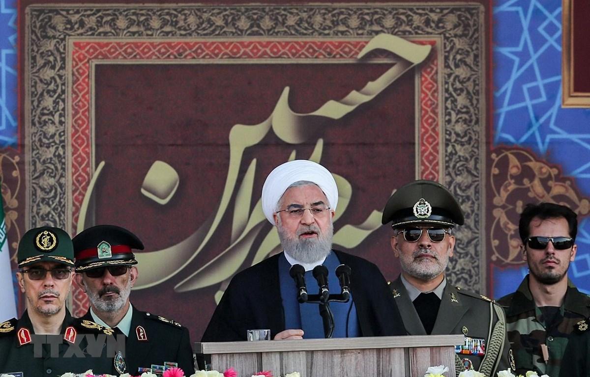 Trong ảnh: Tổng thống Iran Hassan Rouhani (giữa) phát biểu tại lễ diễu binh kỷ niệm cuộc chiến tranh Iran - Iraq, tại Tehran ngày 22/9/2019. (Nguồn: AFP/TTXVN)