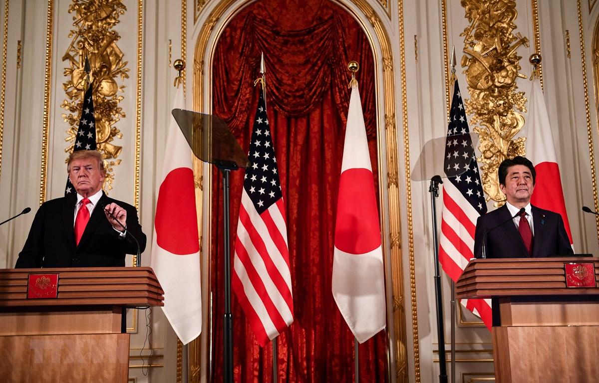 Trong ảnh: Thủ tướng Nhật Bản Shinzo Abe (phải) và Tổng thống Mỹ Donald Trump trong cuộc họp báo sau hội đàm tại Tokyo ngày 27/5/2019. (Nguồn: AFP/TTXVN)