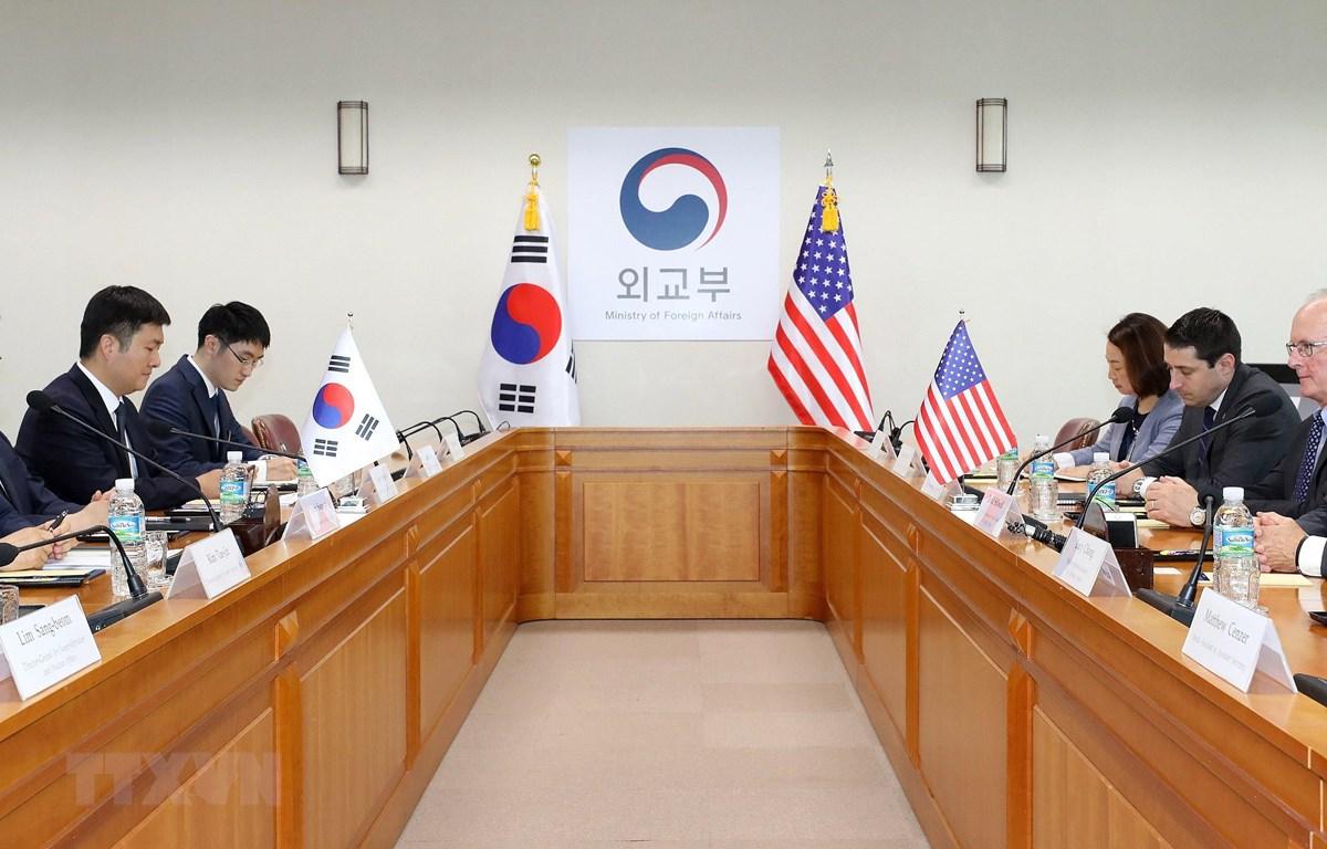 Trong ảnh: Trợ lý Ngoại trưởng Mỹ phụ trách khu vực Đông Á và Thái Bình Dương David Stilwell (phải) và Thứ trưởng Ngoại giao Hàn Quốc Yoon Soon-gu (trái) tại cuộc gặp ở Seoul ngày 17/7/2019. (Nguồn: Yonhap/TTXVN)