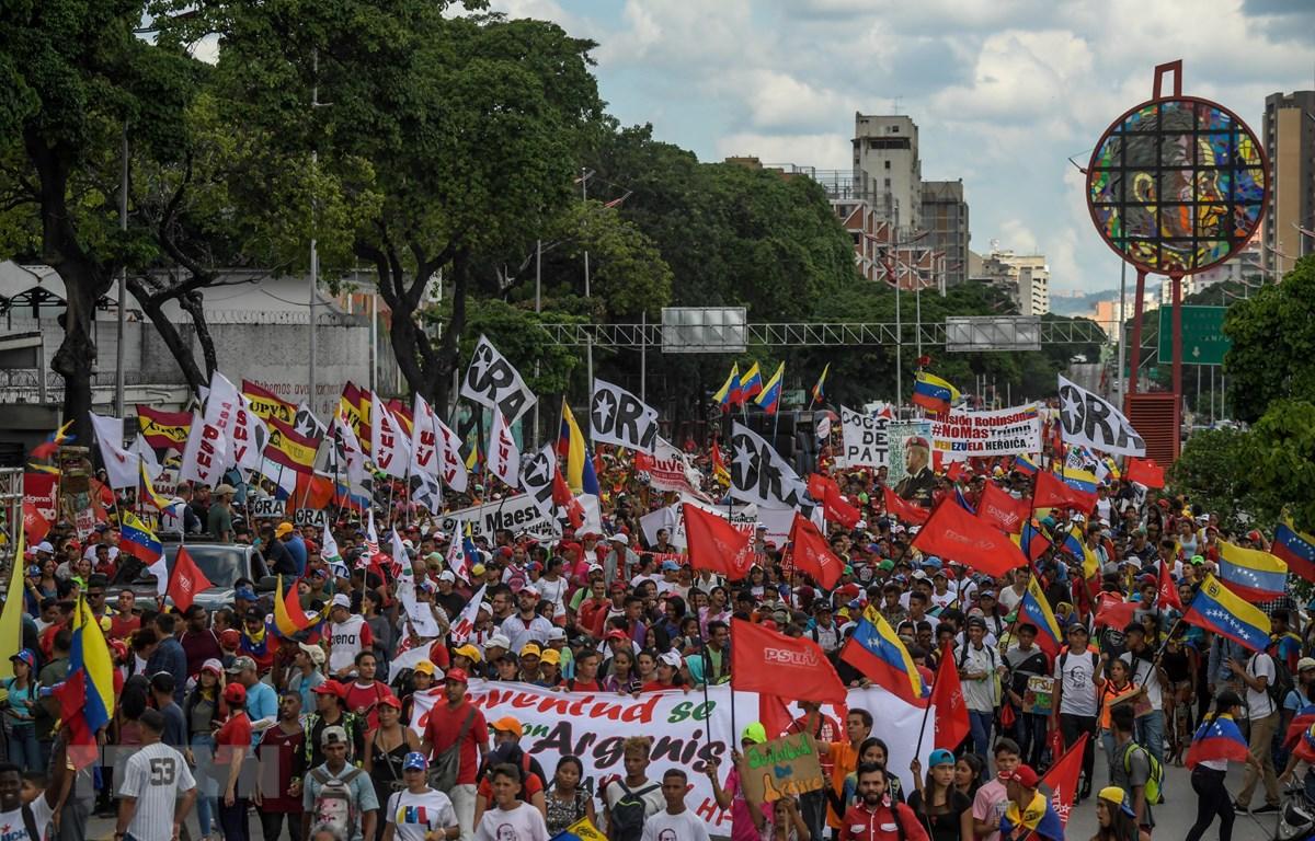 Trong ảnh: Người dân tham gia tuần hành ủng hộ Tổng thống Venezuela Nicolas Maduro tại Caracas ngày 12/9/2019. (Nguồn: AFP/TTXVN0